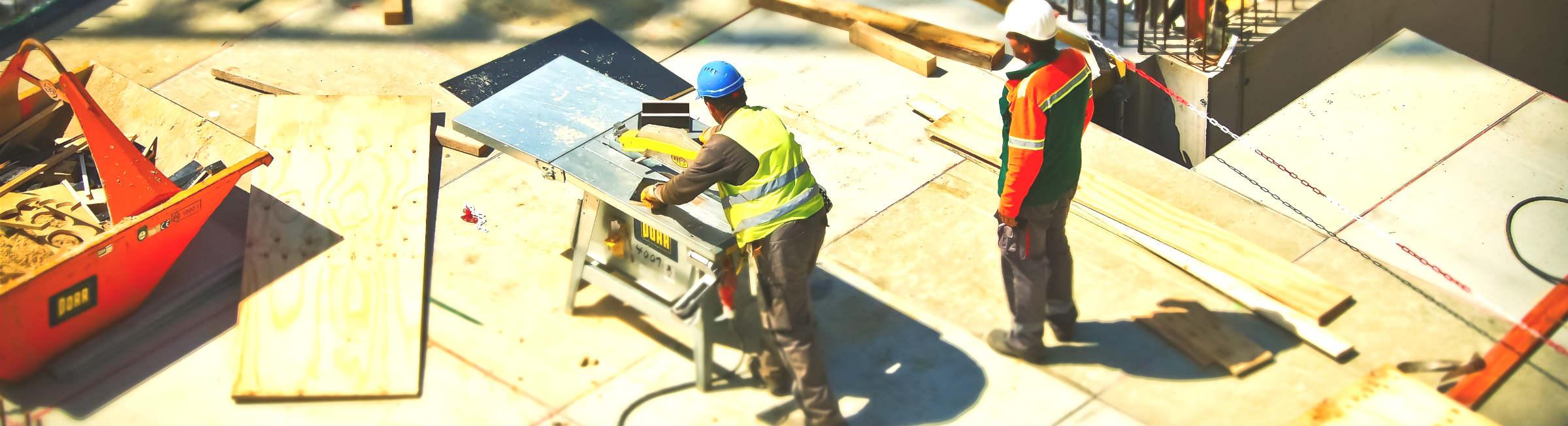 Deux ouvriers du bâtiment sur un chantier