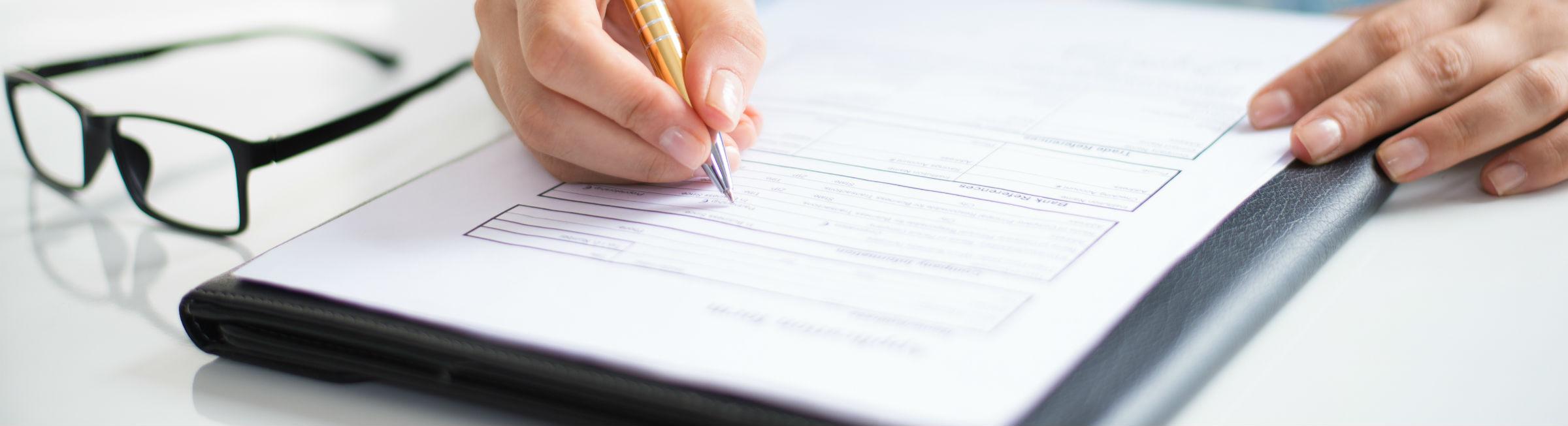 Une femme remplie un contrat